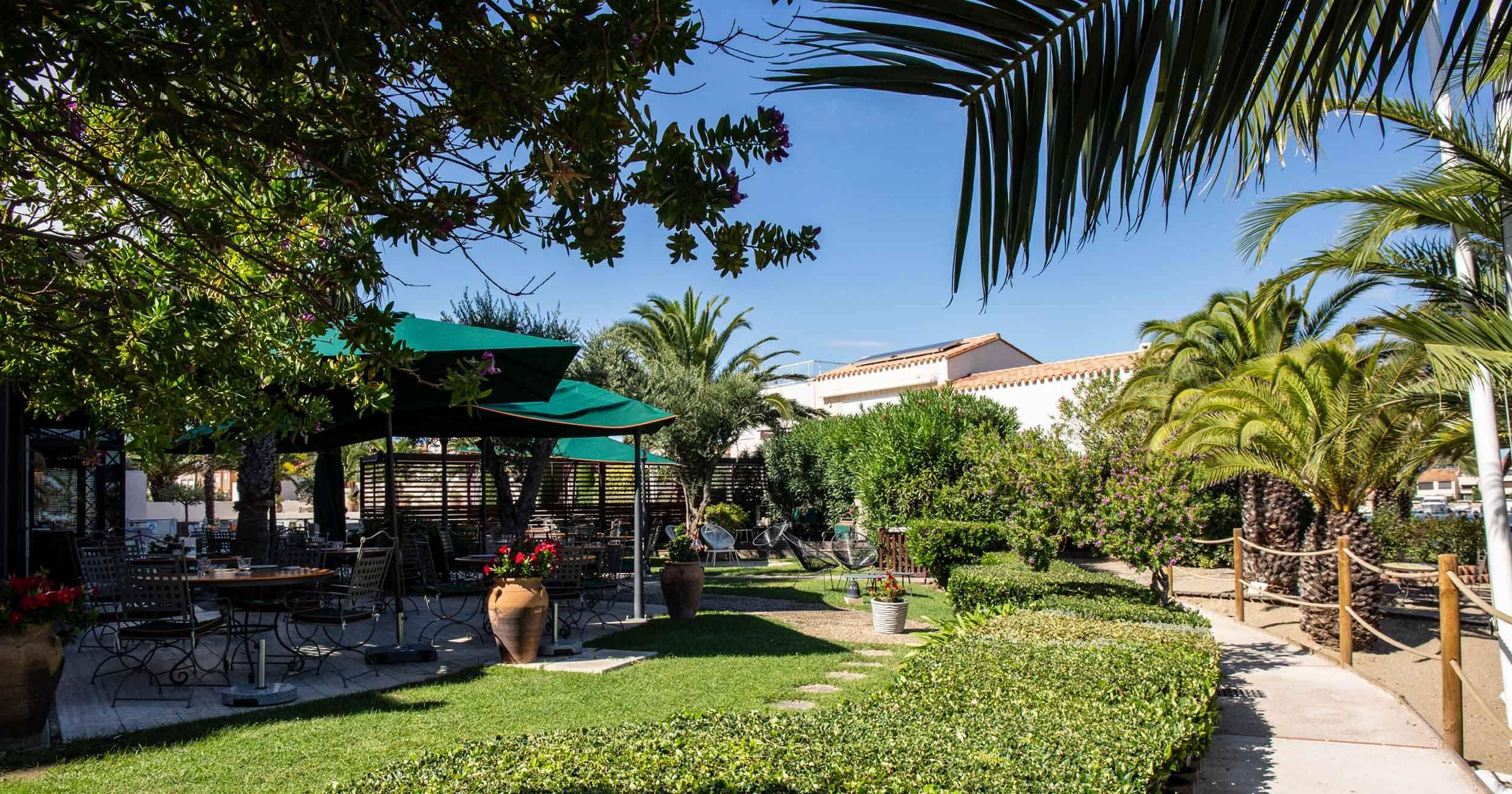 Le restaurant L'Almandin à Saint-Cyprien, 1 étoile au guide Michelin, côté jardin.
