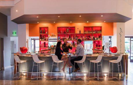 Un début de soirée au bar du restaurant L'Almandin à Saint-Cyprien