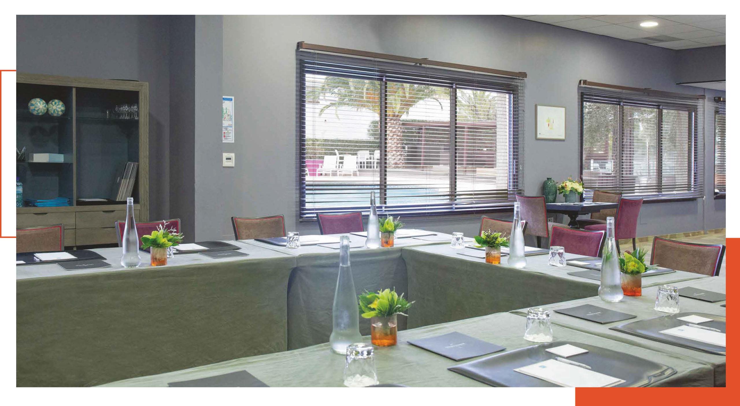 La salle de séminaire, tables en U, pour vos événements à L'Almandin